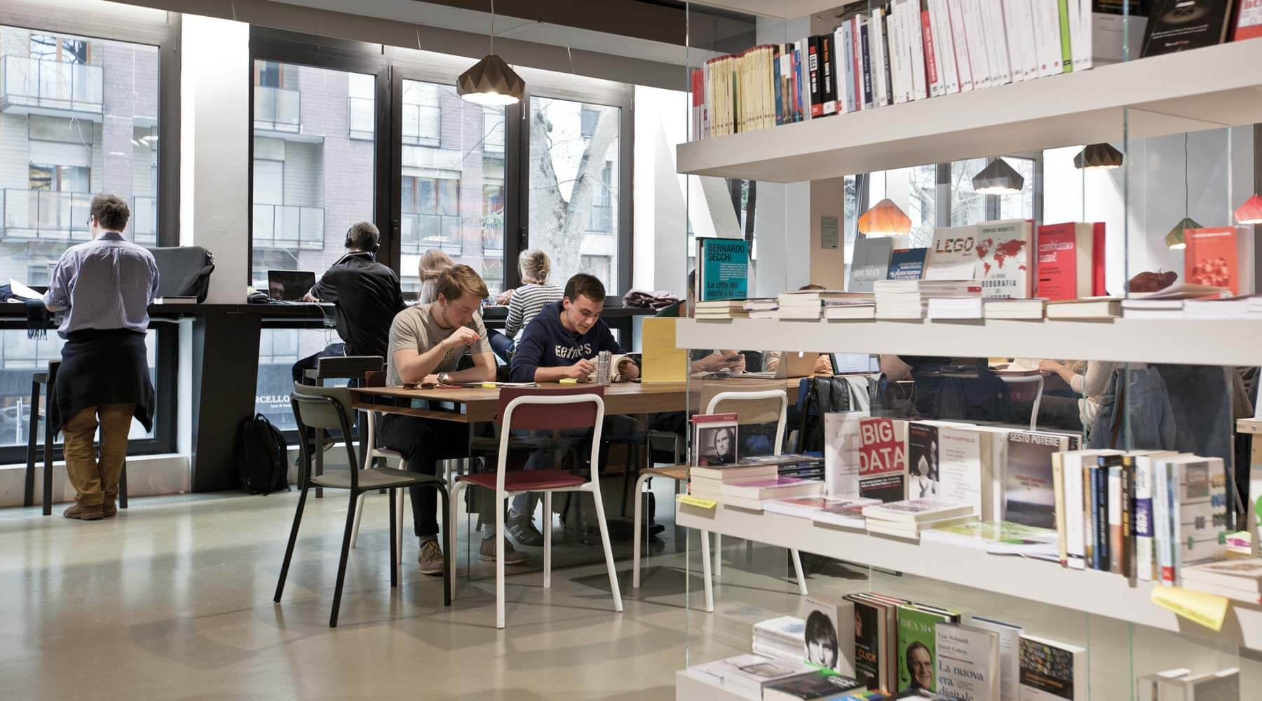 LAGO Milano Open - Libreria Air, Sedia School, Tavolo Air