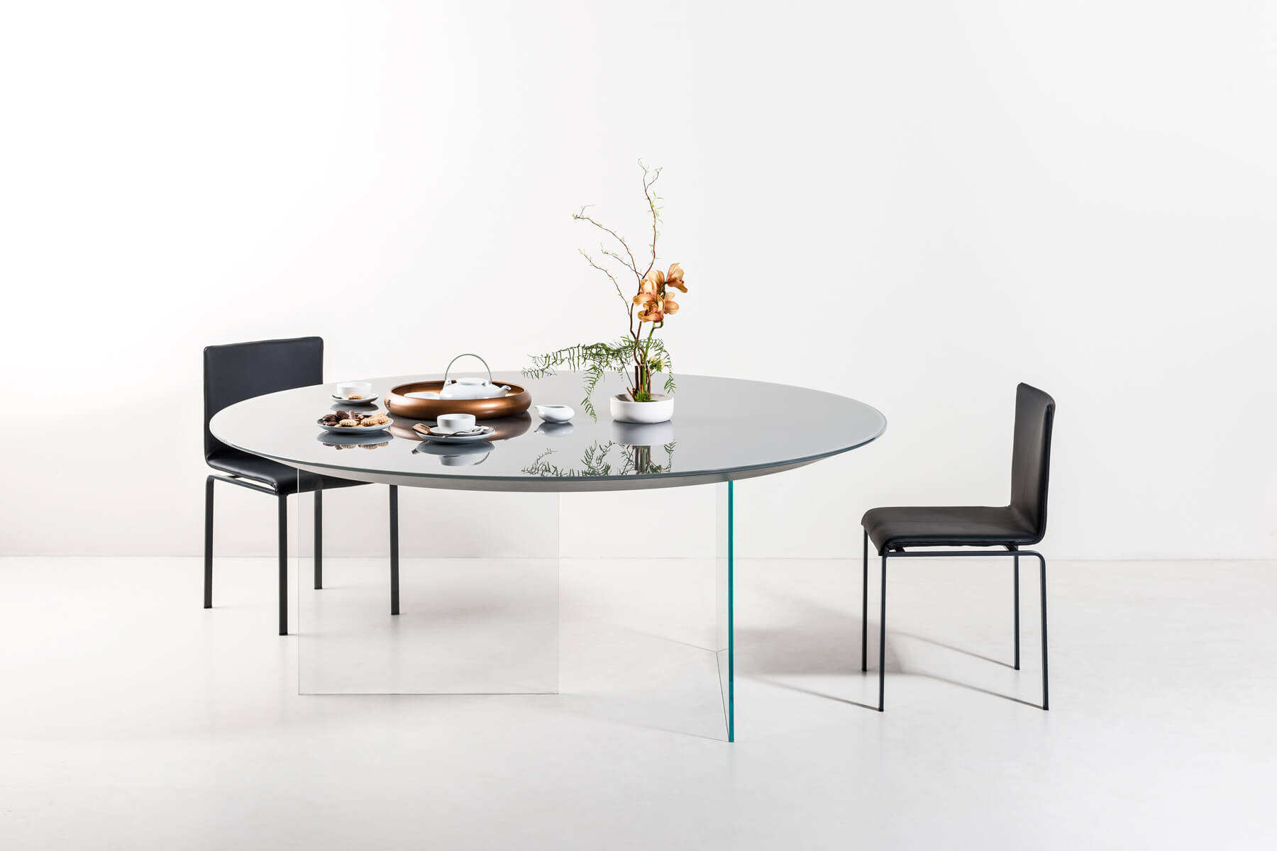 lacquered round air table with chairs